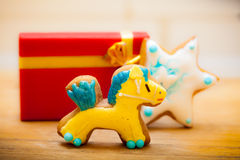 姜饼蛋糕小马星结冰装饰红色礼物盒。圣诞节。 免版税图库摄影