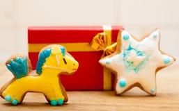 姜饼蛋糕小马星结冰装饰红色礼物盒。圣诞节。 免版税库存图片