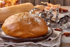 姜饼面团和和曲奇饼形状片断在桌上 免版税库存照片