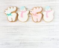 姜饼鹿曲奇饼和姜饼雪人曲奇饼在木背景 圣诞节背景,平的位置,顶视图 Xmas题材 库存照片