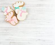 姜饼鹿曲奇饼和姜饼雪人曲奇饼在木背景 圣诞节背景,平的位置,顶视图 Xmas题材 免版税库存照片