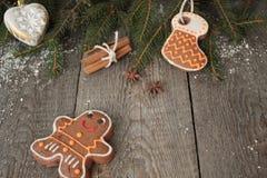 姜饼,圣诞节装饰品,杉树,在木背景的雪, 免版税库存照片