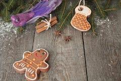 姜饼,圣诞节装饰品,杉树,在木背景的雪 免版税库存图片