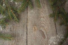 姜饼,圣诞节装饰品,杉树,在木背景,桂香的雪, 免版税库存图片