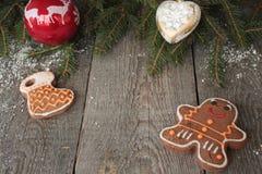 姜饼,圣诞节装饰品,杉树,在木背景,桂香的雪, 免版税库存照片