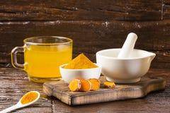 姜黄和水,健康饮料-木背景 库存图片