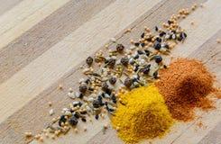 姜黄、胡椒、芥末和黑种子 库存图片