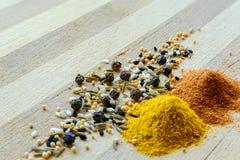 姜黄、胡椒、芥末和黑种子 免版税库存图片