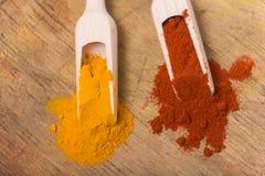 姜黄和红色辣椒粉 库存图片
