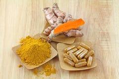 姜黄根茎、粉末和胶囊 免版税库存照片