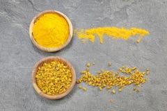 姜黄片和粉末 免版税库存照片