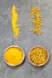 姜黄片和粉末 免版税库存图片