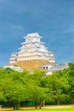 姬路Jo城堡树蓝天被集中的V 免版税库存照片