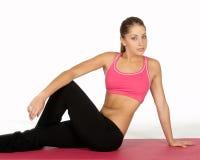 姿势俏丽的女子瑜伽年轻人 免版税库存照片