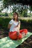 姿势微笑的女子瑜伽 库存照片