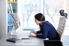 姿势概念 计算机妇女运作的年轻人 免版税库存照片