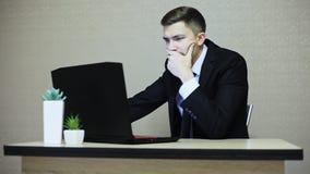 姿势示意恼怒的商人尖叫在膝上型计算机和 股票视频