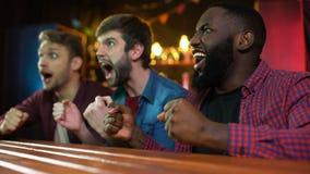 姿势示意愉快的朋友庆祝足球队员计分的目标,呼喊和 影视素材