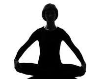 姿势sukhasana女子瑜伽 图库摄影