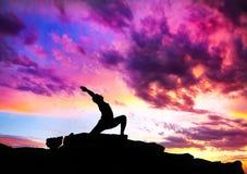 姿势virabhadrasana战士瑜伽 库存图片