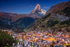 2010威严第7套的便利设施是能欧洲旅馆照片瑞士瑞士被采取他们对传统旅行使用的走是zermatt的旅游业游人 图库摄影