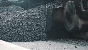 19威严2018年 苏州,中国 放置新鲜的沥青的路面机器在高速公路建筑时 影视素材