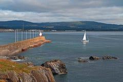 威克洛爱尔兰北部港口码头防堤跳船墙壁和灯塔有风船的 免版税库存照片