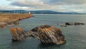 威克洛爱尔兰北部港口码头防堤跳船墙壁和灯塔 图库摄影