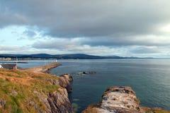 威克洛爱尔兰北部港口防堤墙壁和灯塔 免版税库存图片