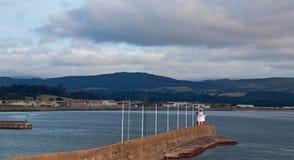 威克洛爱尔兰北部港口防堤墙壁和灯塔 免版税图库摄影