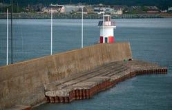 威克洛爱尔兰港口-跳船防堤墙壁和灯塔 免版税库存图片
