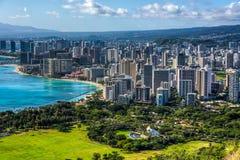 威基基海滩和檀香山 免版税库存图片