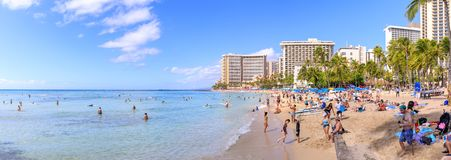 威基基海滩在檀香山,最响誉为白色沙子和冲浪 免版税图库摄影