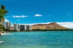 威基基海滩用天蓝色的水在有金刚石头的夏威夷 免版税库存图片