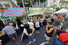 威基基街节日的檀香山HI人们 免版税库存照片