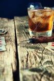 威士忌酒、雪茄和卡片在木背景 免版税库存照片