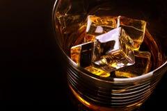威士忌酒与冰块的酒精玻璃 库存照片