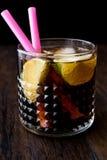 威士忌酒与石灰和冰的可乐鸡尾酒 古巴libre 图库摄影