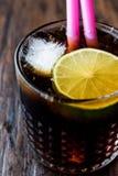 威士忌酒与石灰和冰的可乐鸡尾酒 古巴libre 库存照片
