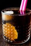 威士忌酒与石灰和冰的可乐鸡尾酒 古巴libre 库存图片