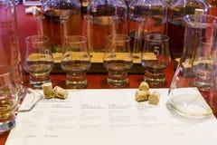 威士忌酒与被编号的抽样的玻璃的品尝设定,烧杯和 免版税库存照片
