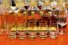 威士忌酒与被编号的抽样的玻璃的品尝设定,烧杯和 免版税库存图片