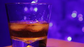 威士忌酒倾吐了玻璃 影视素材