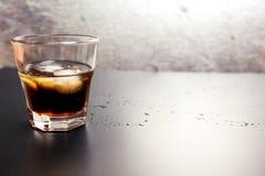 威士忌酒可乐酒精饮料 免版税库存图片