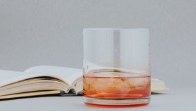 威士忌酒和书 库存图片