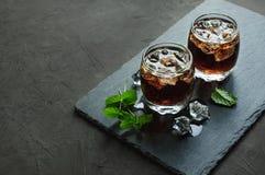 威士忌酒和可乐与冰块 库存照片
