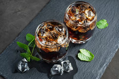 威士忌酒和可乐与冰块 免版税图库摄影