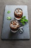 威士忌酒和可乐与冰块 免版税库存图片
