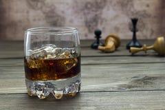威士忌酒和可乐,棋 库存照片