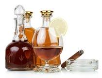 威士忌酒和抽烟的雪茄 免版税库存图片